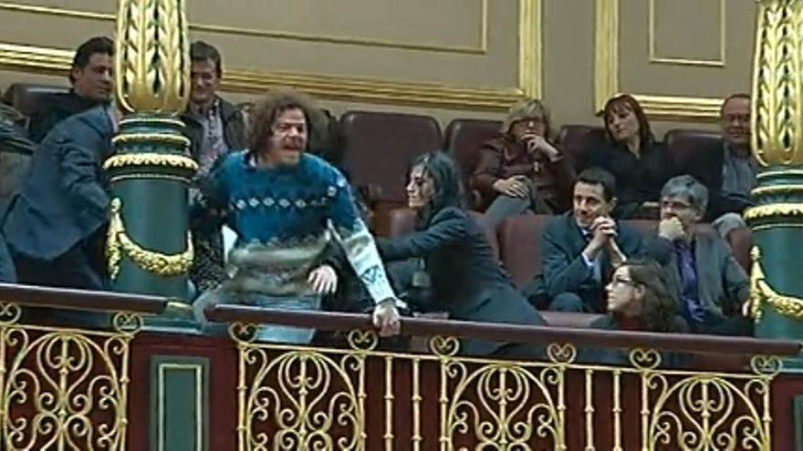 Momento de la expulsión de activista de la PAH del Congreso