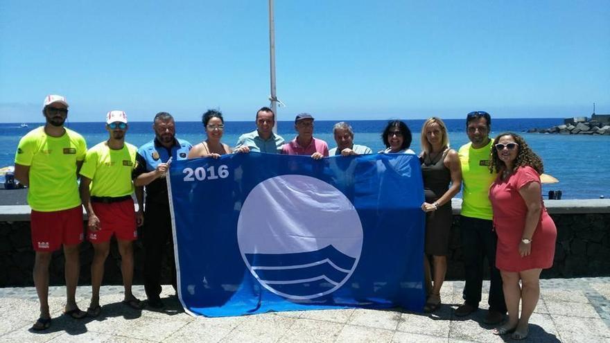 El alcalde de Tazacorte, Ángel Pablo Rodríguez (centro), en el acto de izado de la Bandera Azul en la playa del Puerto.