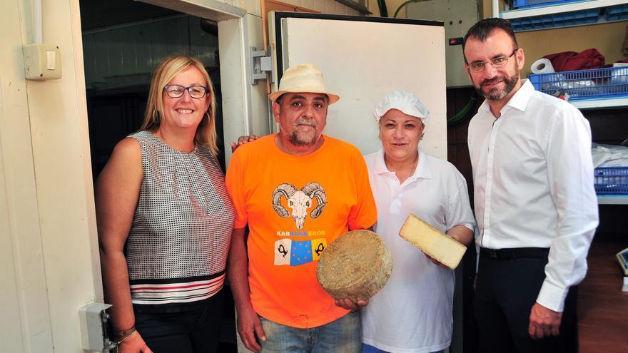 José Miguel Ortega y Francisca Olga Pérez junto a  la primera teniente de alcalde del Ayuntamiento de San Bartolomé de Tirajana, Elena Álamo Vega, y el concejal de Agricultura y Ganadería, José Carlos Álamo.