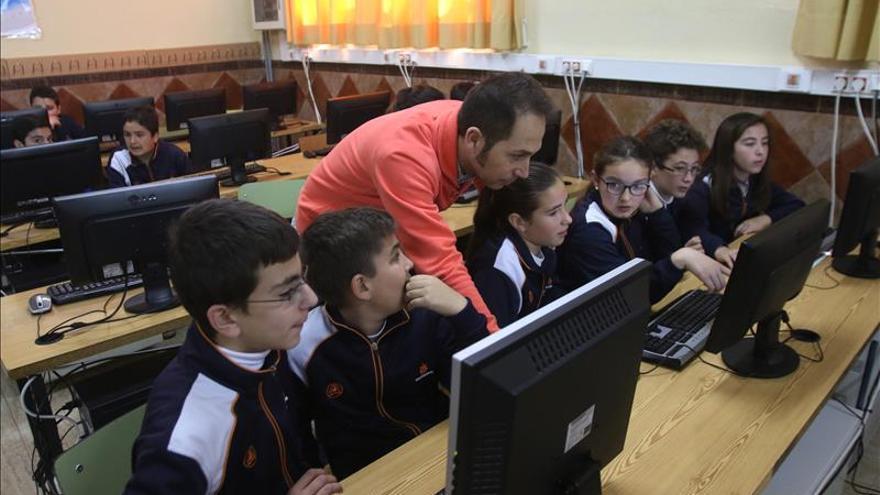 El maestro a la silla y los alumnos a la tarima