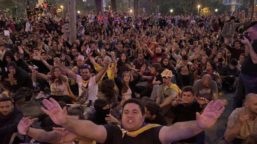 Manifestantes en la sexta noche de protestas en Catalunya.