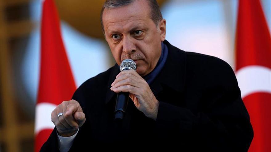 """Trump felicita a Erdogan por su """"victoria"""" en el referéndum turco"""