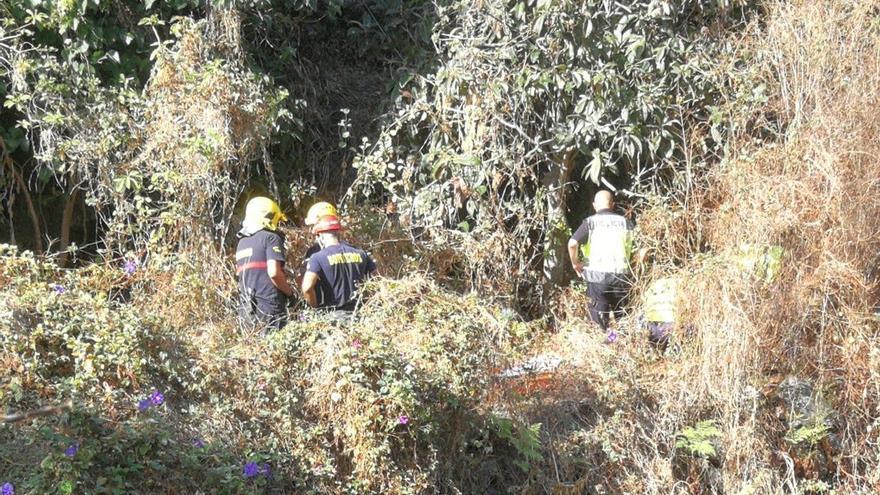 Un momento de la intervención de los bomberos y Policía Local en el rescate de la persona que sufrió una caída en el Barranco del Río, en el municipio de Santa Cruz de La Palma.