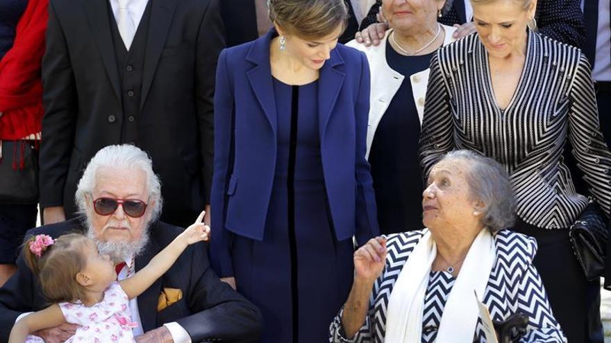 Fernando del Paso y su esposa, junto a la reina y Cristina Cifuentes, tras la entrega del Cervantes / EFE