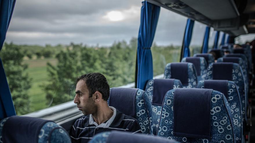 Khalil en dirección a su nuevo hogar, una vida digna y nos solo de refugio en Cecina, Toscana. Luego de 5 horas de gestiones en el aeropuerto de Roma, Khalil y su familia son recogidos por un equipo de trabajadores sociales de Oxfam Intermón para ser trasladados a su nuevo hogar. Fotografía: Pablo Tosco/Oxfam Intermón