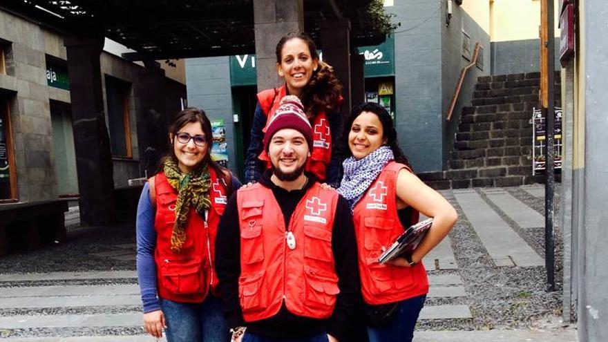 En la imagen, voluntarios de Cruz Roja en acciones de calle.