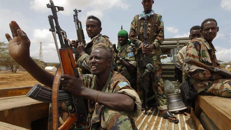 Al menos 17 muertos en un atentado contra un minibús en el sur de Somalia