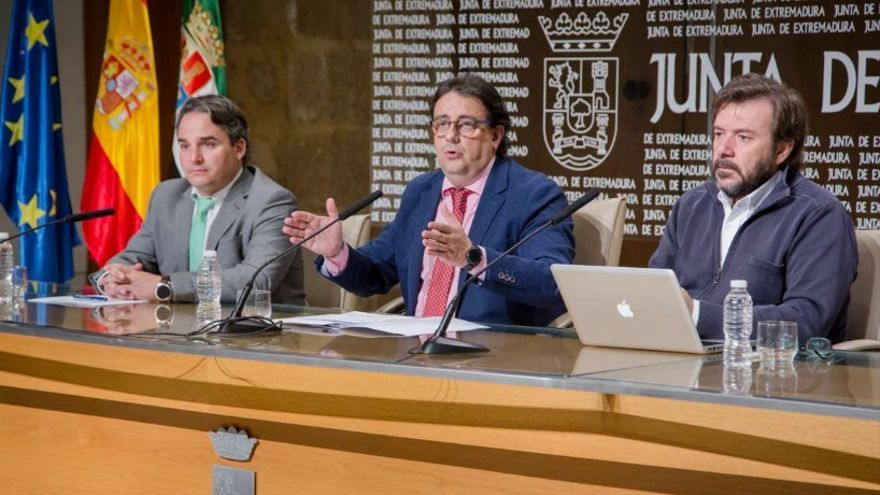 El consejero de Sanidad y Políticas Sociales, José María Vergeles, junto al director general de Planificación, Formación y Calidad Sanitaria y Sociosanitaria, Luis Tobajas, y el investigador principal del Proyecto Medea, Adrián Llerena