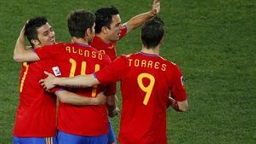Los jugadores de la selección celebran uno de los dos goles de Villa.