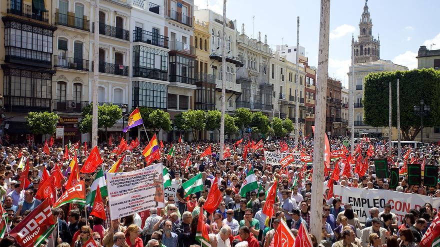 Plaza de San Francisco de Sevilla abarrotada de manifestantes el 1º de mayo