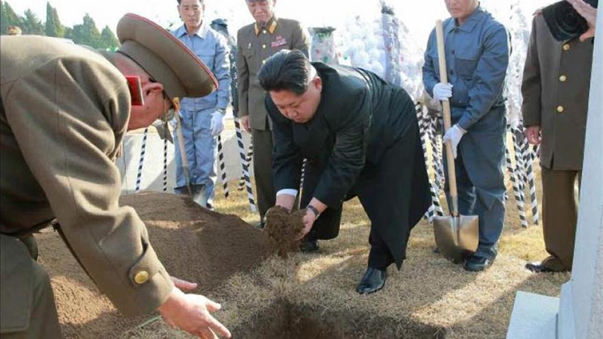 Kim Jong-un arenga a las tropas en su primera inspección militar de 2016