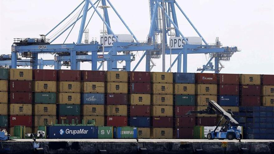 Terminal de contenedores del puerto de Las Palmas con las grúas paralizadas por la huelga de los estibadores. EFE/Elvira Urquijo A.