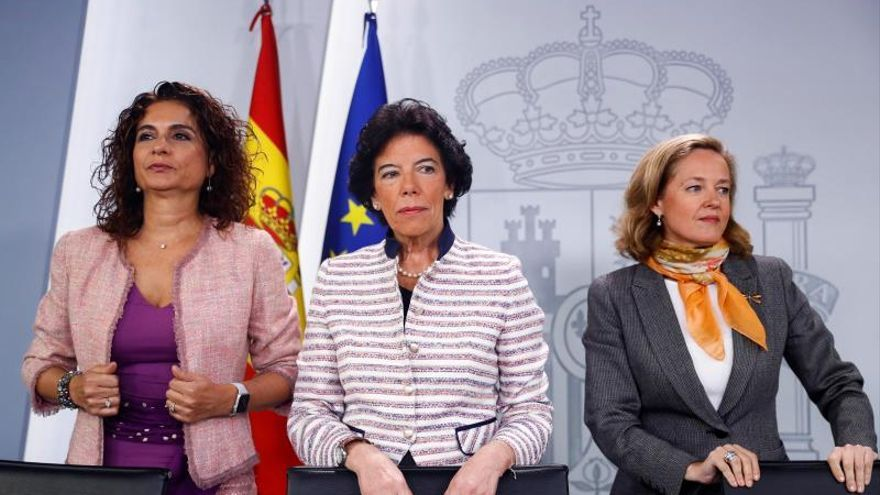 La ministra de Hacienda (i), la ministra portavoz y la ministra de Economía (d)