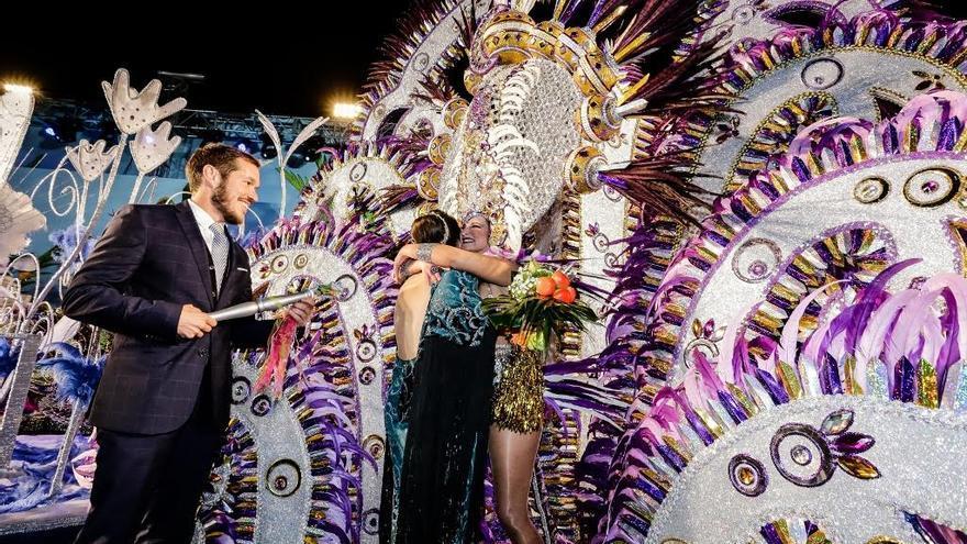 Mariano Hernández entrega el centro a la Reina del Carnaval 2017.