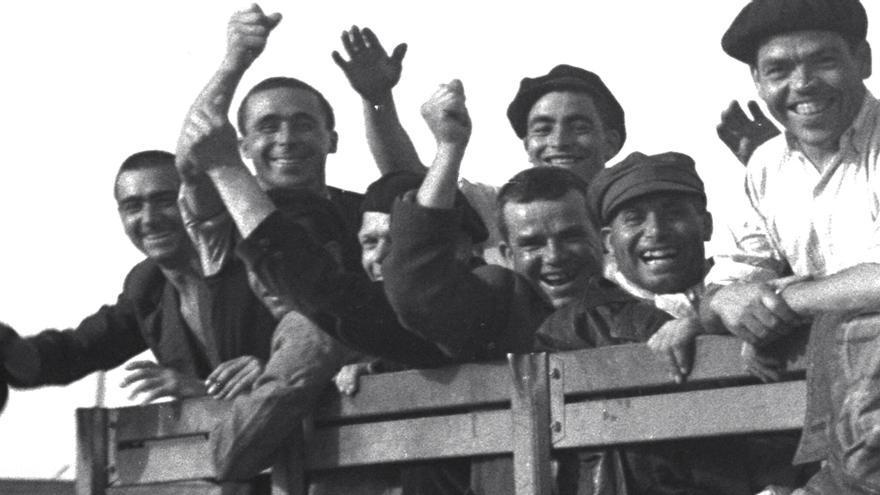 Prisioneros de Mauthausen abandonan el campo tras la liberación
