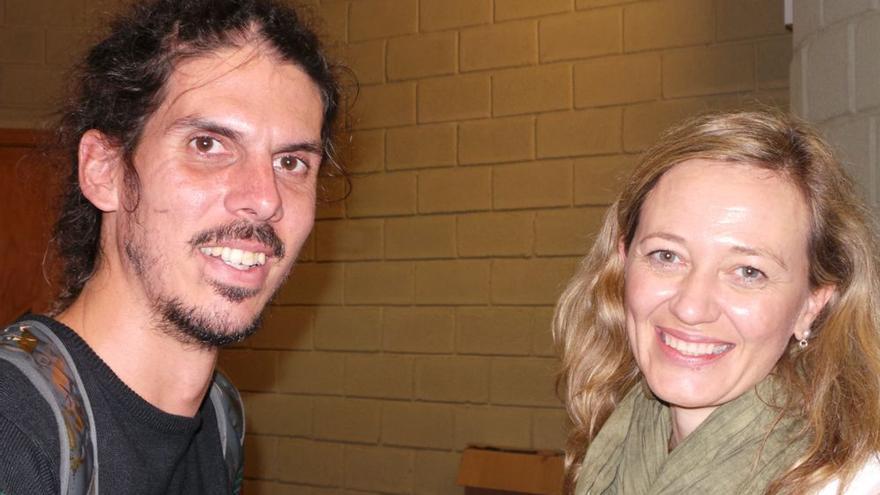 Los candidatos de Podemos al Congreso por Santa Cruz de Tenerife y Las Palmas, Alberto Rodríguez y Victoria Rosell, en un acto de campaña.