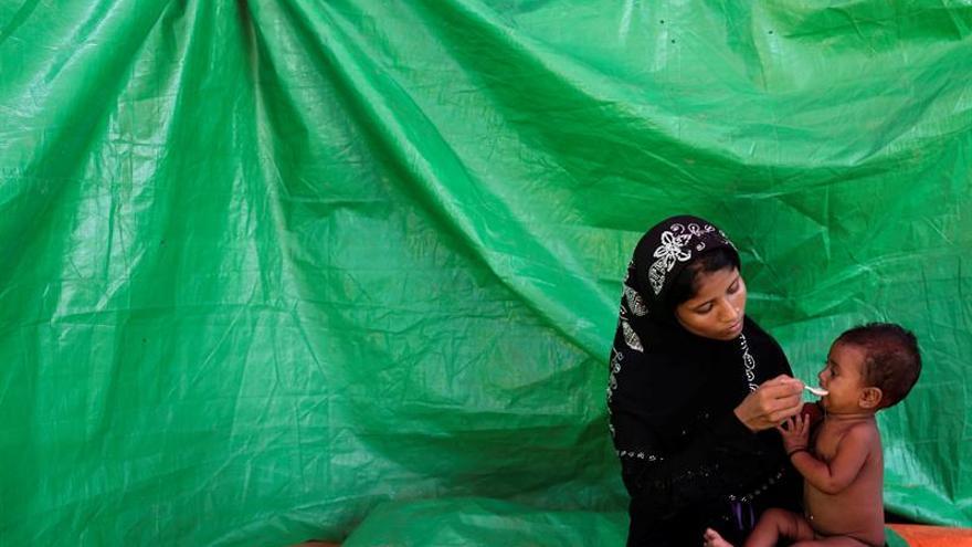 """Jefe del Ejército birmano acusa a los medios de """"exagerar"""" el éxodo rohinyá"""
