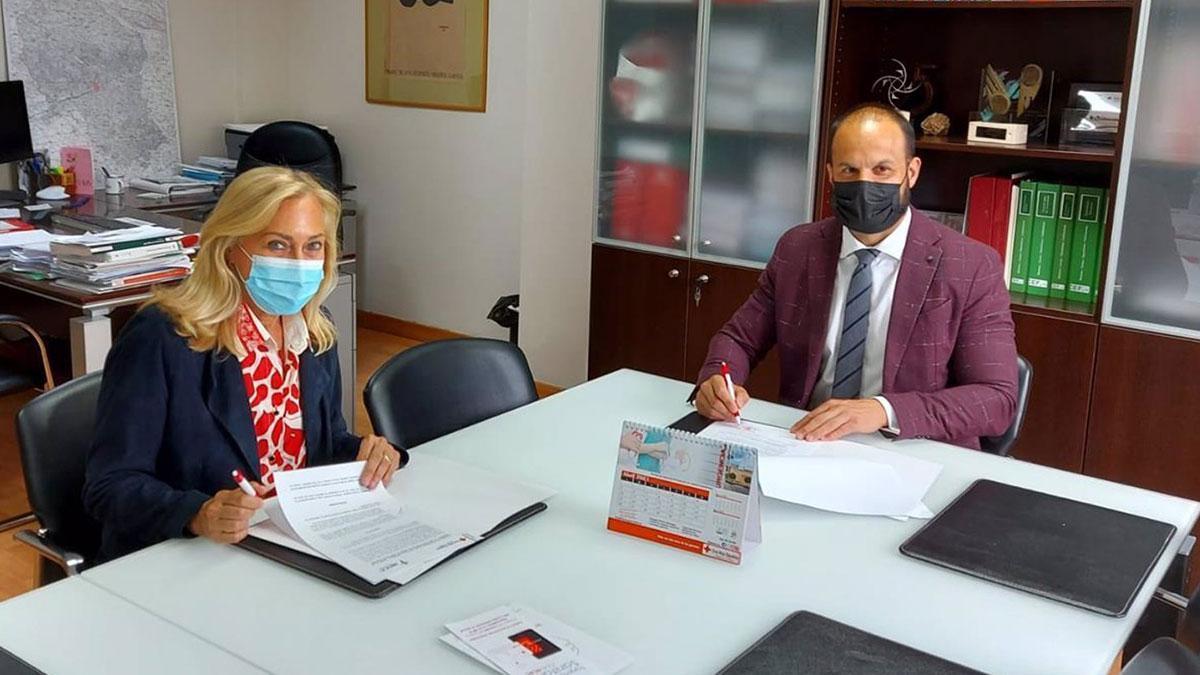 La presidenta de la junta provincial de AECC en Córdoba, María Auxiliadora Cabanas, y el director gerente del Hospital Cruz Roja de la capital cordobesa, Luis Luengo.