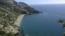 Maro, la playa que se esconde en las rocas