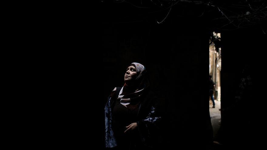 Nasreen, palestina, nació y creció en Shatila. Durante los últimos diez años ha trabajado como asistente social y, en la actualidad, trabaja con MSF en el centro de Shatila. Su trabajo consiste en ir de puerta en puerta intentando identificar si hay una emergencia médica. Fotografía: Diego Ibarra Sánchez