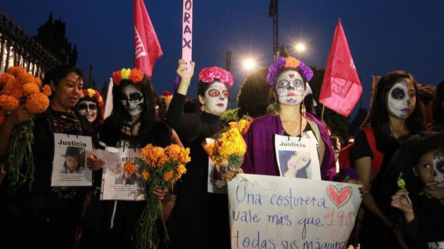 Mujeres vestidas de catrinas marchan contra los feminicidios en México