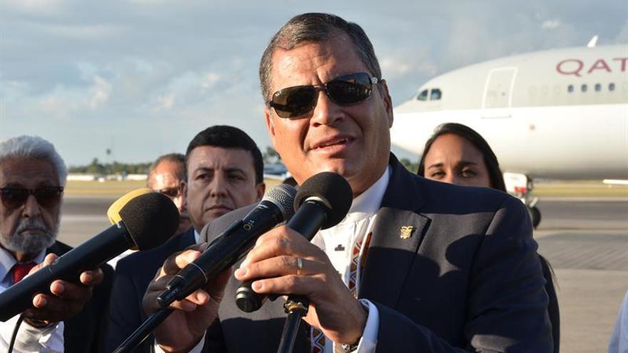 """Rafael Correa, ya en Cuba, afirma que Fidel Castro no ha muerto y es """"eterno"""""""