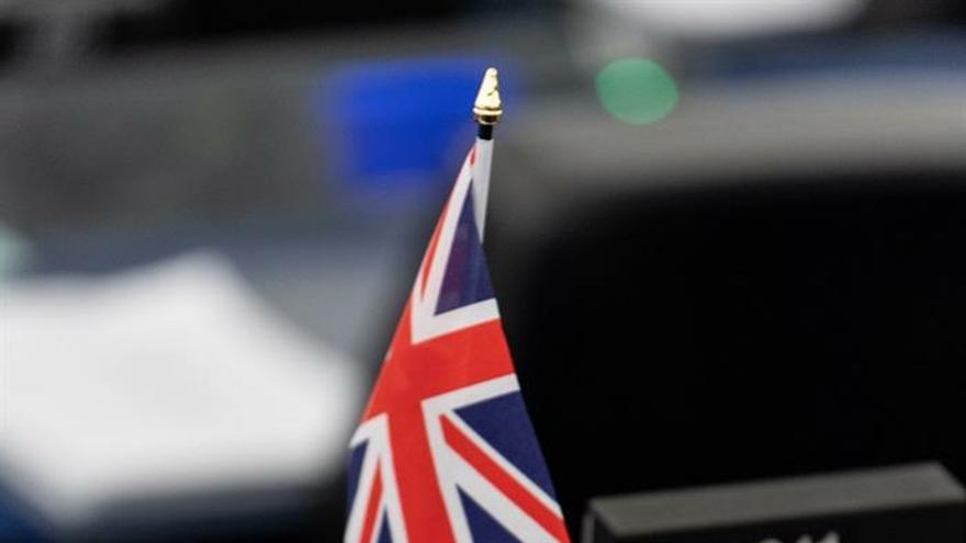 Vista del escaño del eurodiputado británico John Stuart Agnew con una bandera británica junto a un periódico que recoge la negativa de los diputados británicos a aprobar el acuerdo negociado por el Gobierno de Theresa May, durante un debate en el pleno de la Eurocámara celebrado este miércoles, en Estrasburgo, Francia.