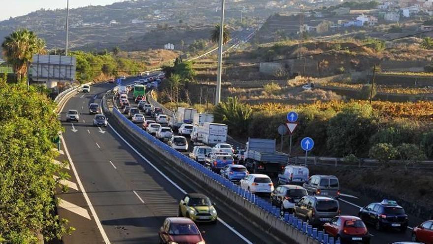 Tráfico parado en la TF-5, en un tramo que pasa por el municipio de La Victoria
