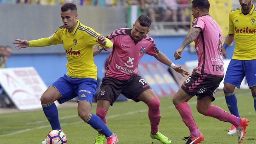 El centrocampista del Cádiz C.F. Aketxe lucha por el balón con el centrocampista del C.D. Tenerife Aarón. EFE/Román Ríos.
