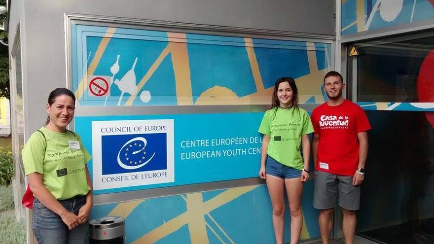 Yesenia Jiménez (i), Daniel Hernández y Cira Ortega en Estrasburgo.