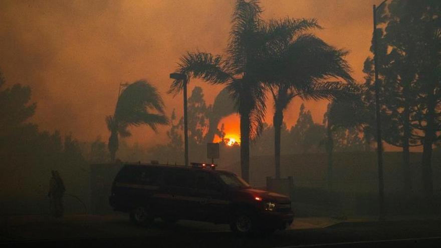 Los fuegos en California se cobran una vida y amenazan a 100.000 casas