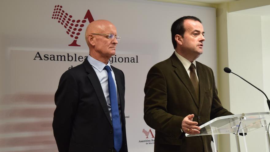 Los diputados del PP Domingo Coronado y Javier Iniesta