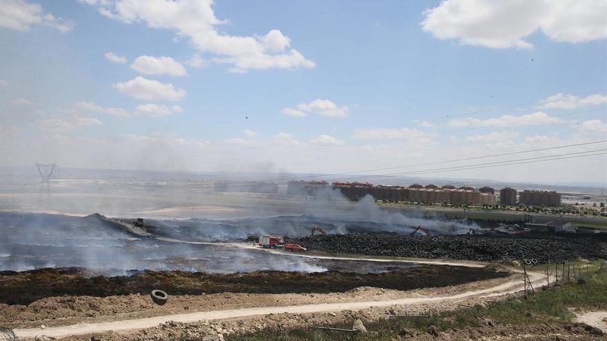 La Comunidad de Madrid da por extinguido el incendio del cementerio de neumáticos