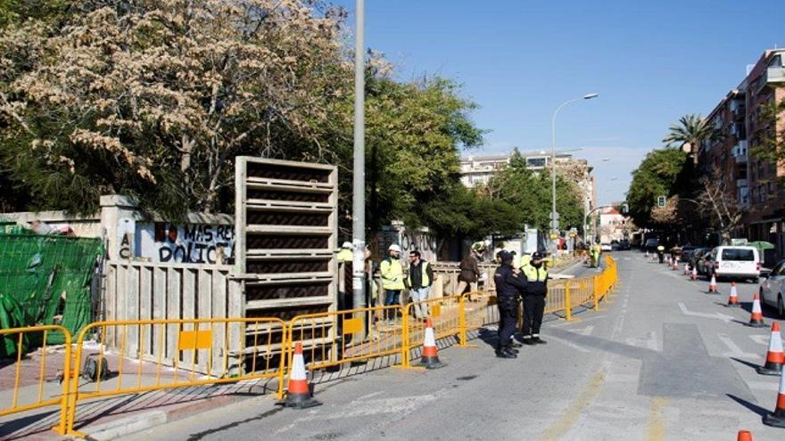 FOTOGALERÍA   Así fue la concentración en la vías tras comenzar la instalación de la pasarela para el muro