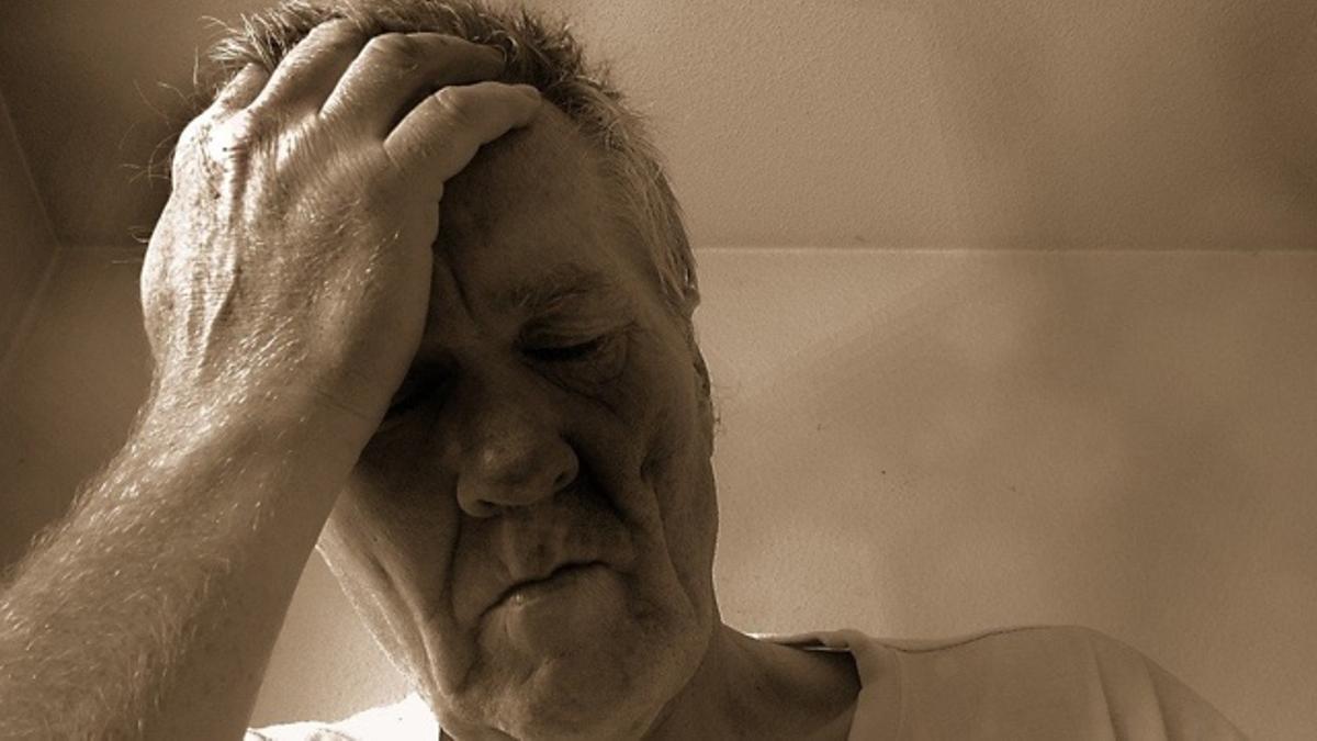 Persona cansada y preocupada