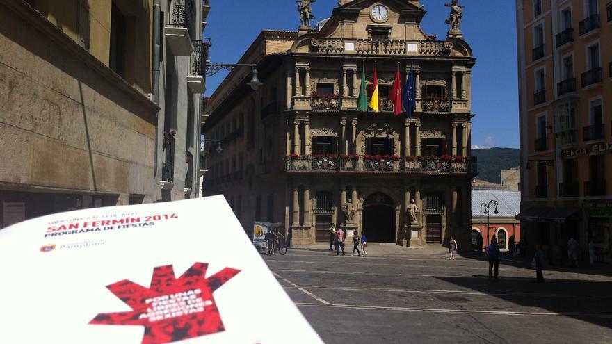 El programa de los sanfermines 2014, en la plaza Consistorial de Pamplona.