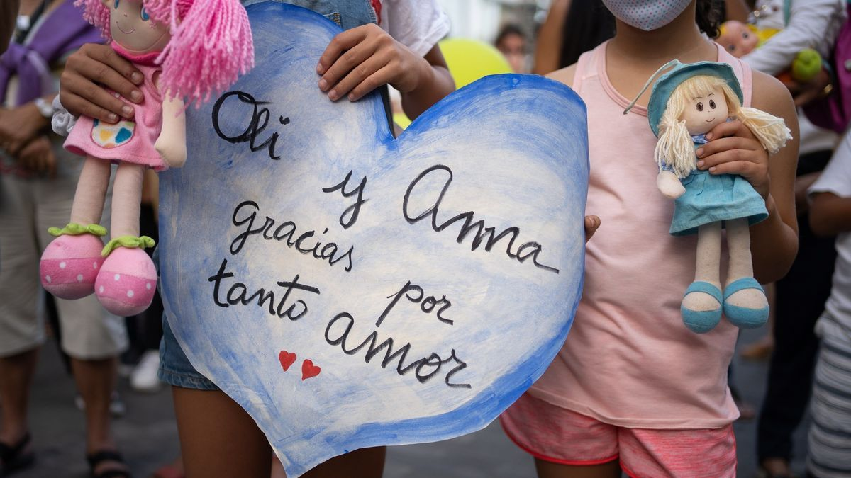 Un millar de personas se concentraron este viernes en la plaza de La Candelaria de Santa Cruz de Tenerife como repulsa por la muerte de la niña Olivia, de seis años, que junto a su hermana Anna de 1 año fue presuntamente secuestrada por su padre.EFE/Ramón de la Rocha