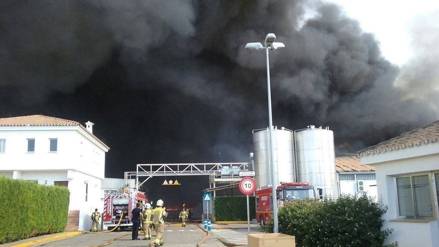 Dos Hermanas activa el plan de emergencia municipal por el incendio en la fábrica de Ybarra