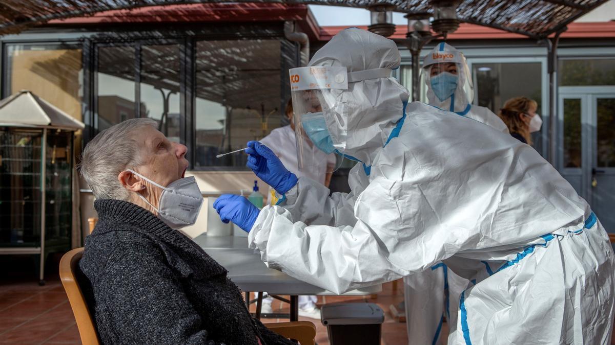 Dos profesionales sanitarias realizan una PCR.