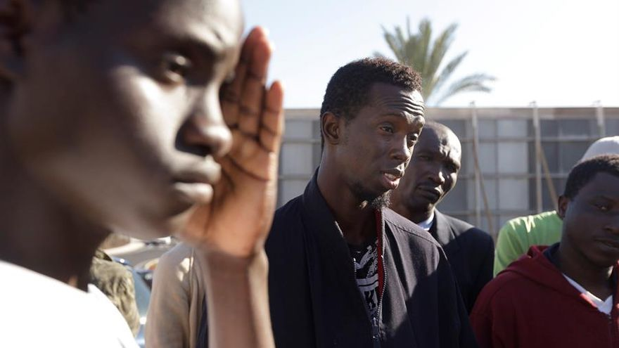 A la izquierda, Mohamed Kargbo, de Sierra Leona, uno de los 57 inmigrantes alojados en la Comisaría de Policía Nacional de Las Américas (Tenerife).