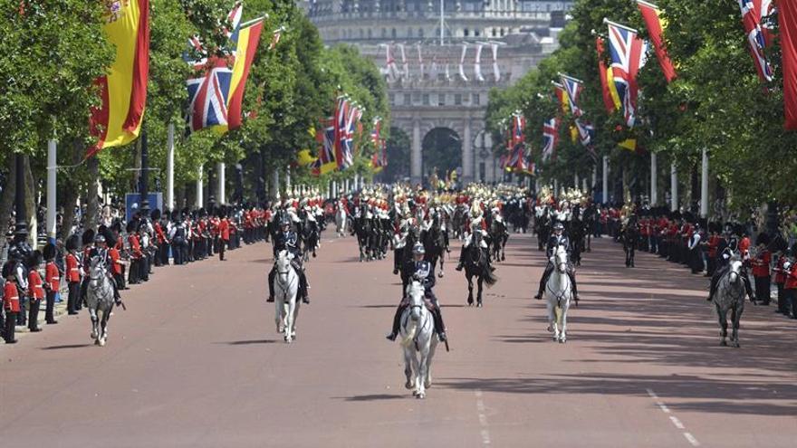 Isabel II y su esposo reciben a los Reyes de España con una solemne bienvenida