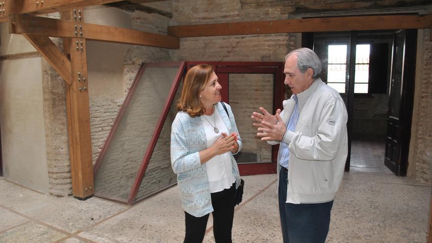 Manuel Santolaya, con la concejala de Cultura de Toledo, Rosana Rodríguez