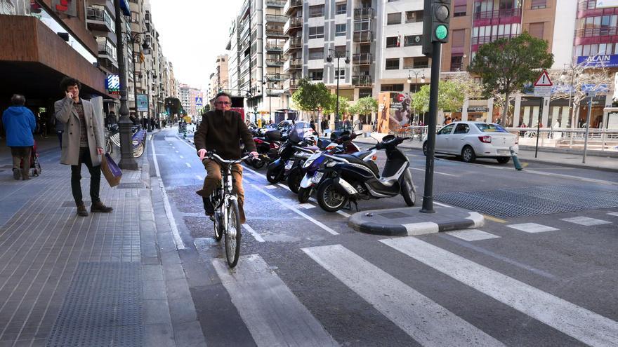 Un ciclista en el tramo de la calle Colón