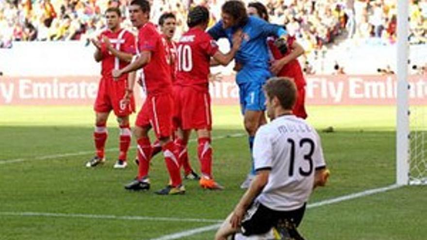 Muller lamenta el penalti fallado por Podolski ante Serbia.