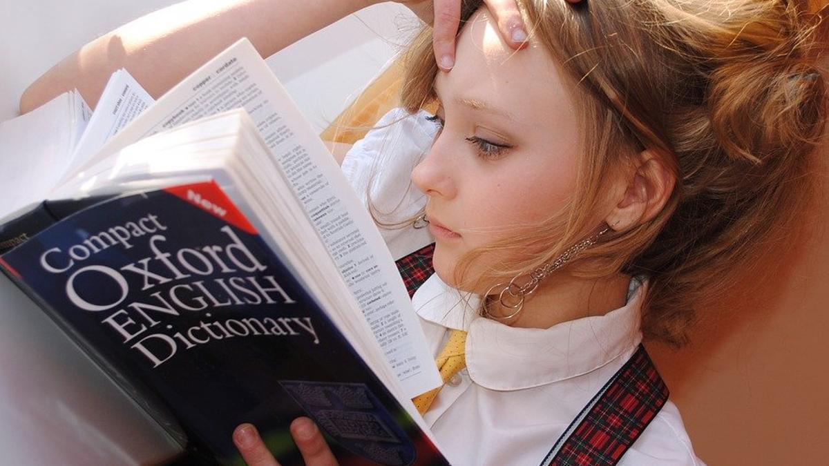 Una joven estudia inglés