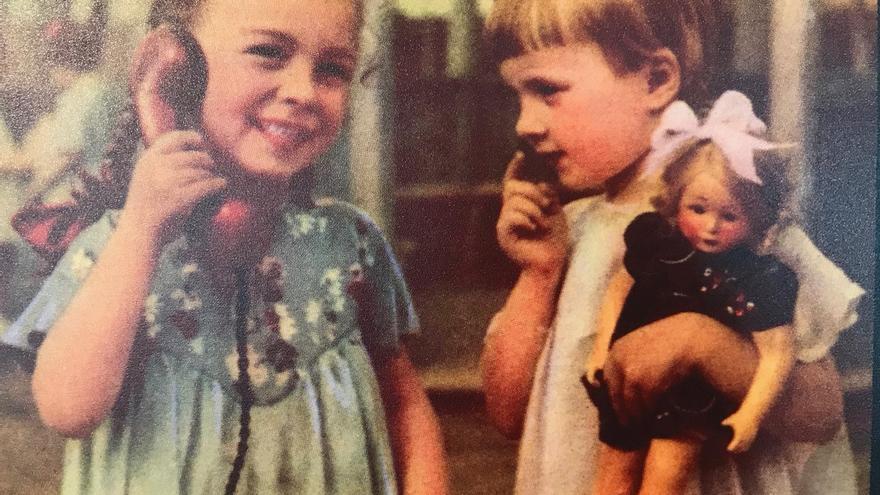 Dos niñas durante los primeros días de la industria juguetera soviética