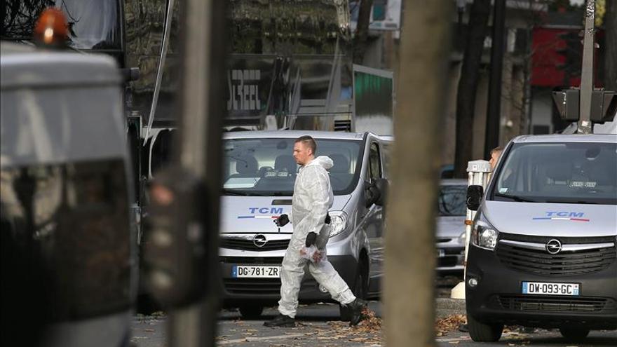 Hallado un pasaporte sirio en el cadáver de uno de los terroristas