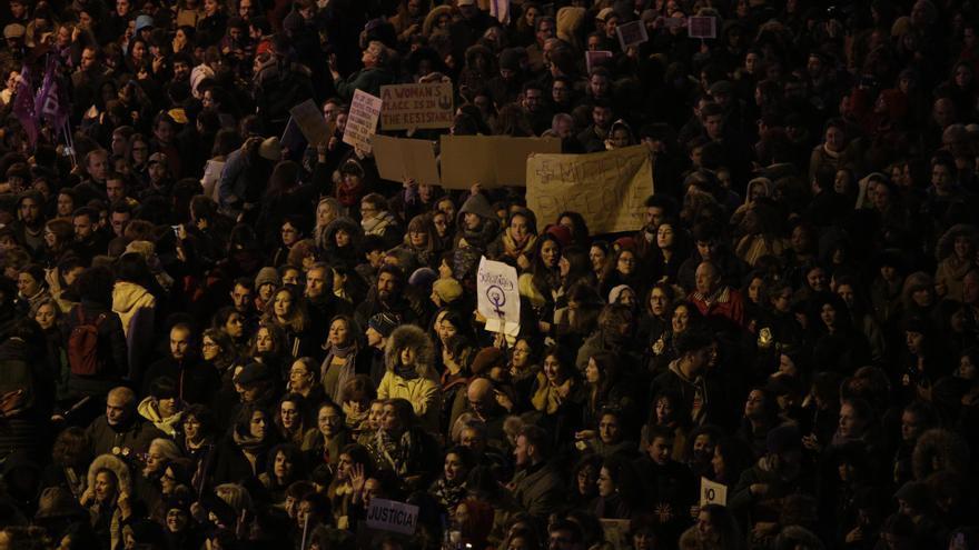Una multitud feminista llena las calles de Madrid este 8M.