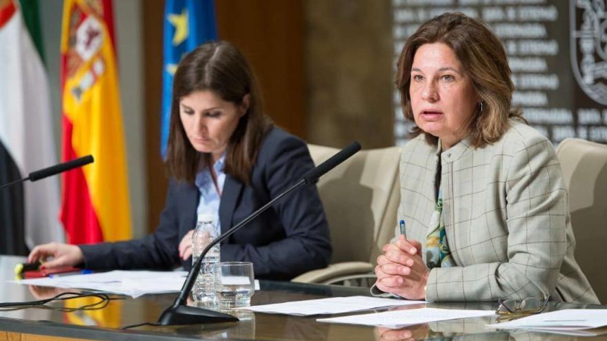 La consejera de Hacienda y Administración Pública, Pilar Blanco-Morales, acompañada de la portavoz de la Junta, Isabel Gil Rosiña