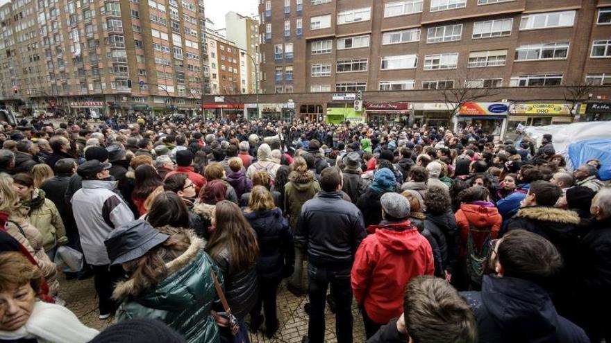 Dos mil personas se concentran en el Ayuntamiento de Burgos que debate las obras